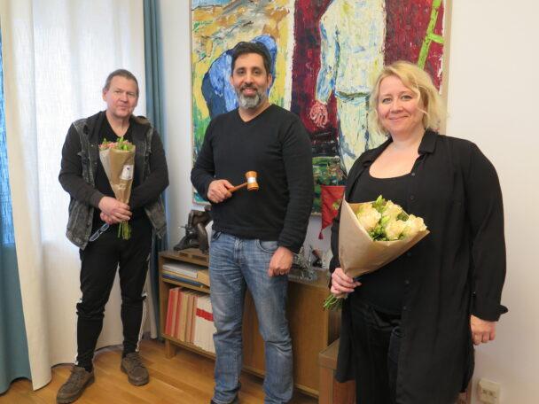 Kenneth Forsberg, Jamal El Mourabit och Linda Li Käld med blombuketter inomhus.