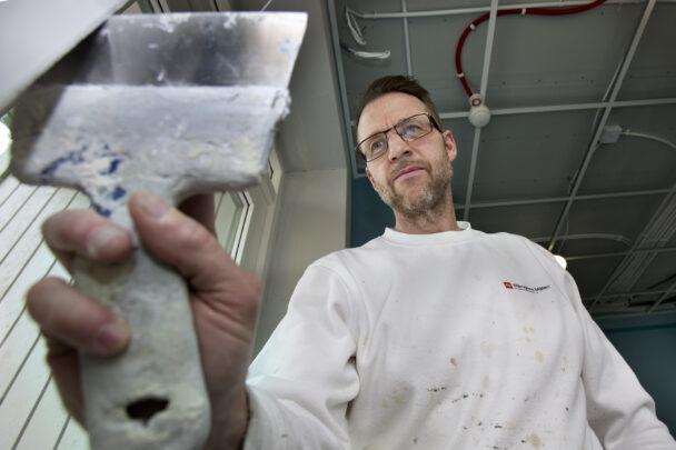 Peter Lager arbetar med en skrapa