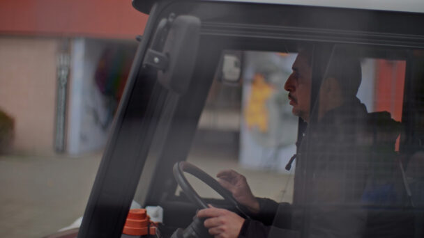 En person som kör en truck