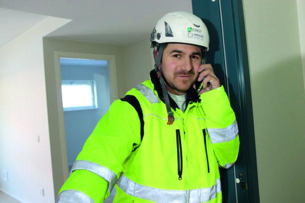 Ionut Cobzariu i gul jacka och hjälm inomhus vid bygget