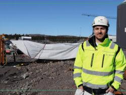 Ionut Cobzariu i gul jacka och hjälm utomhus vid bygget