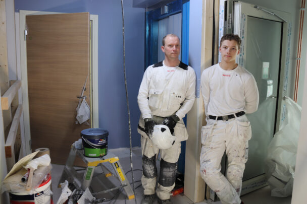 Roger och Liam på arbetsplatsen