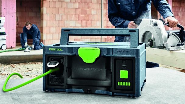 En bild på festools powerstation: En svart låda med gröna detaljer och handtag.