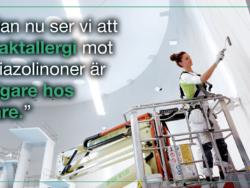 """En målare som arbetar från en lift invid citatet: """"Redan nu ser vi att kontaktallergi mot isothiazolinoner är vanligare hos målare."""""""