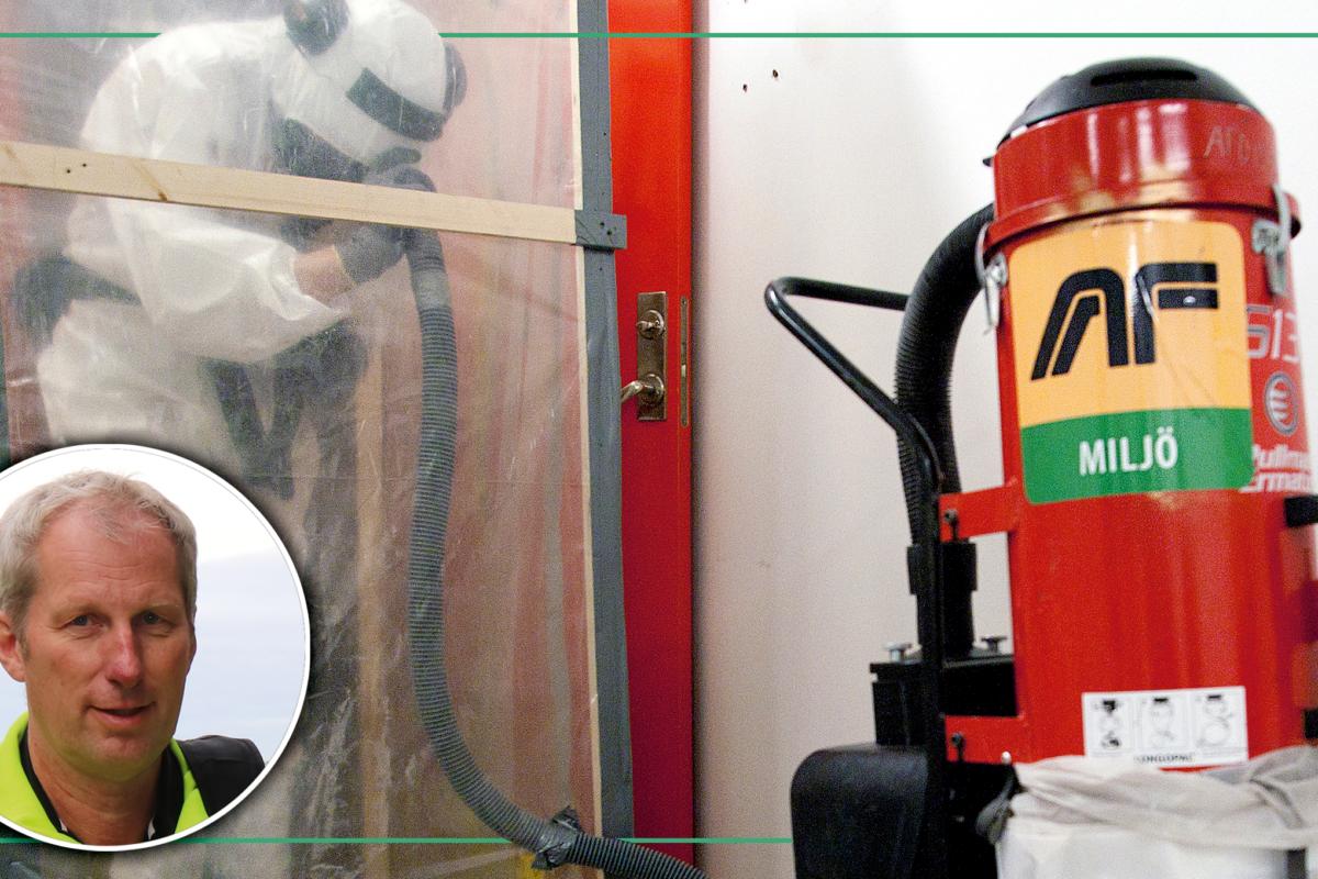 En bild på Jan Över monterad invid en person i skyddskläder sanerar asbest bakom skyddsplast.
