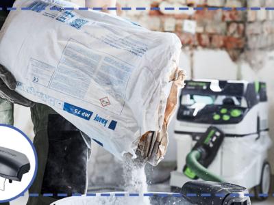 En person häller pulver ur en säck, med utsugsklämman fäst på hinkens kant.