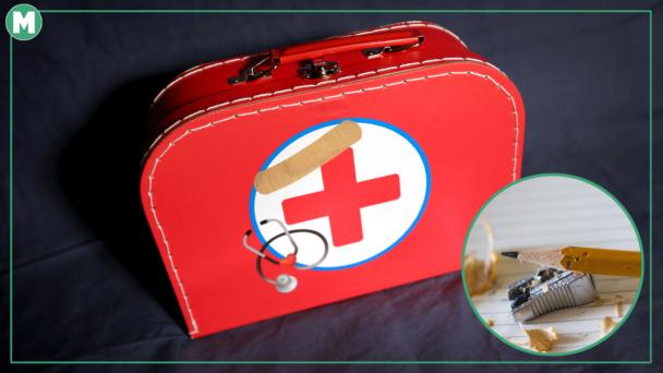 En röd leksaks-läkarvästa med röda korset på