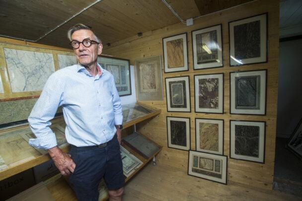 Arvid Gunnarsson visar prov på olika marmoreringar.