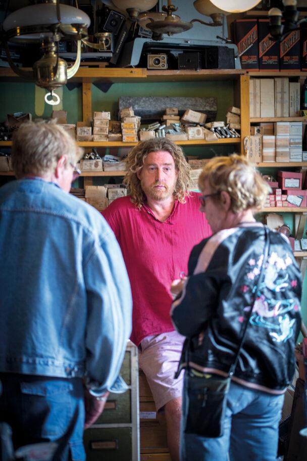 Emil Ibjer tar emot ett par kunder i sin butik.