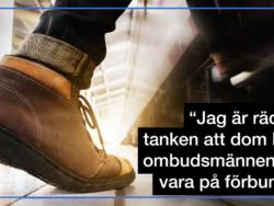 """Skobeklädda fötter på en pernson som går ombord på ett tåg, invid citatet: """"Jag är rädd för tanken att dom bästa ombudsmännen ska vara på förbundet."""""""
