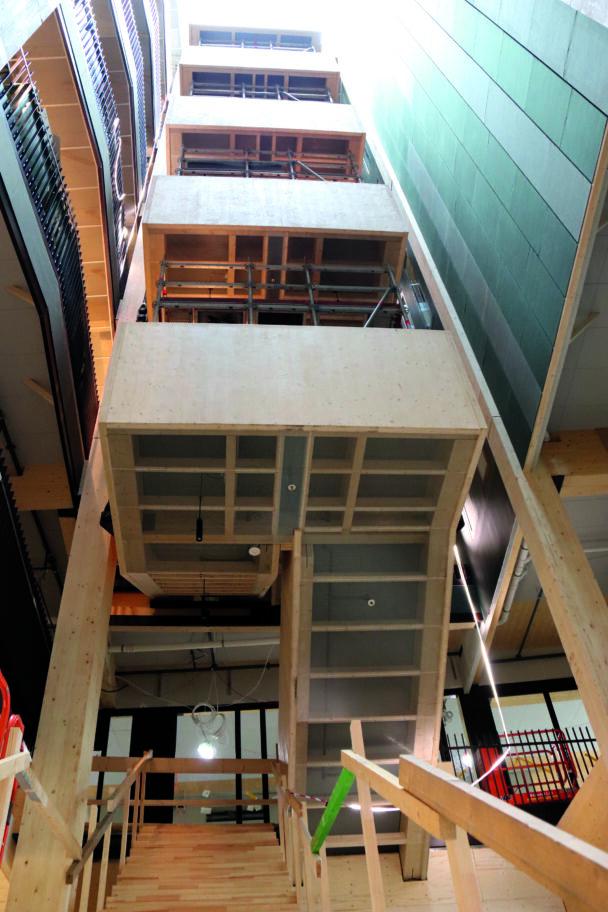 Byggnadens trapphus sedd från grodperspektiv.