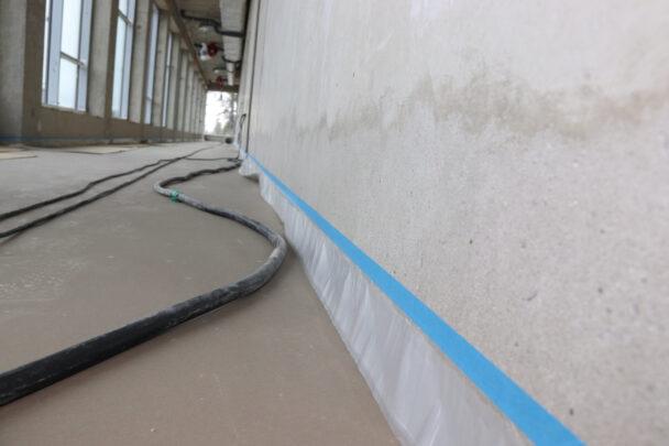 Maskeringstejp på en lång vägg