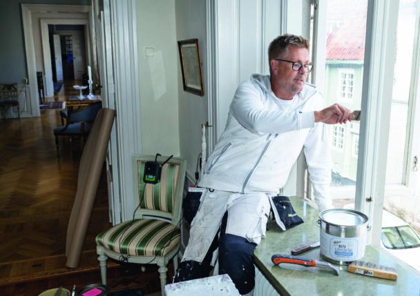 Henrik Karlsson målar i ett fönster